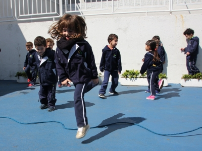 Brincadeira de corda estimula a cultura infantil