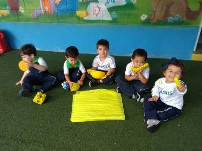 Alunos da Educação Infantil aprendem sobre as cores com várias atividades