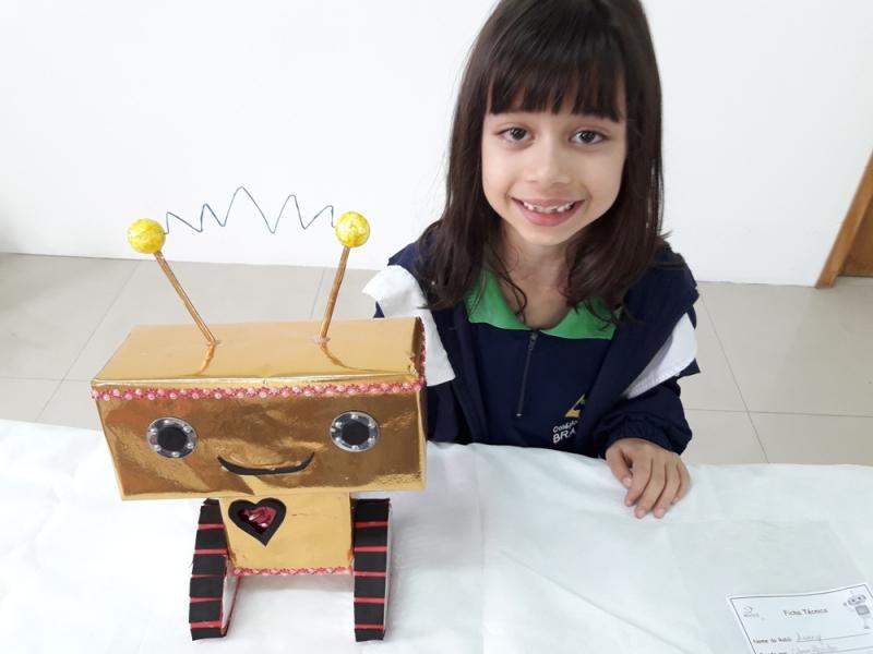 Crianças Constroem Robôs Com Material Reciclável